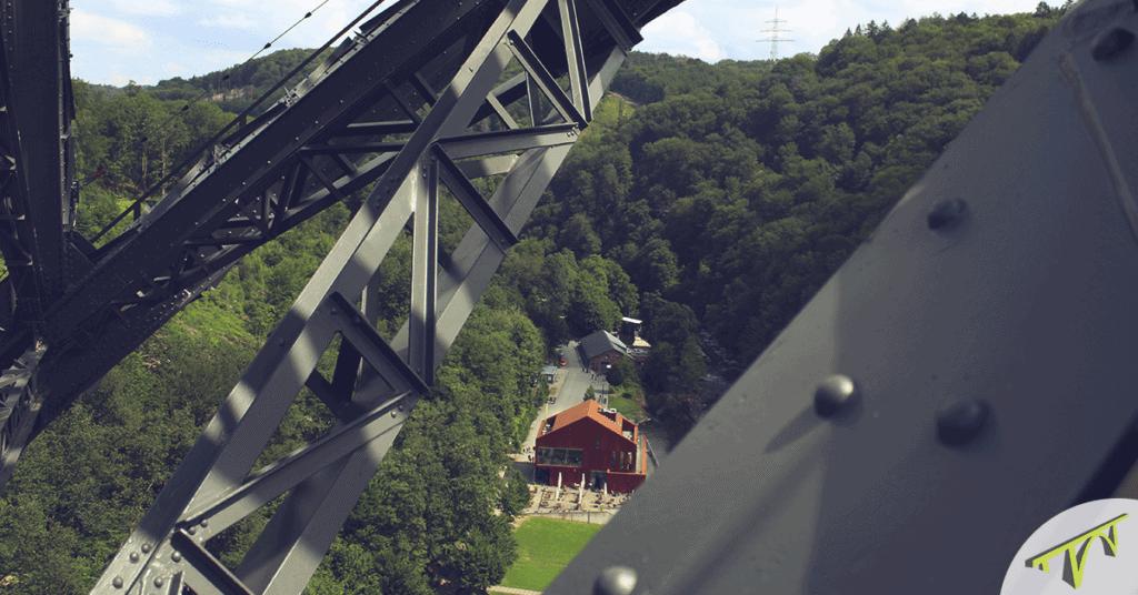 Blick vom Brückensteig auf das Haus Müngsten an der Wupper Brückensteig - der Klettersteig an der Müngstener Brücke im Bergischen Land